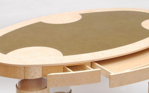 Bureau ovale en Erable moucheté et cuir vert. Cylindres en altuglas. 5 tiroirs de rangement.