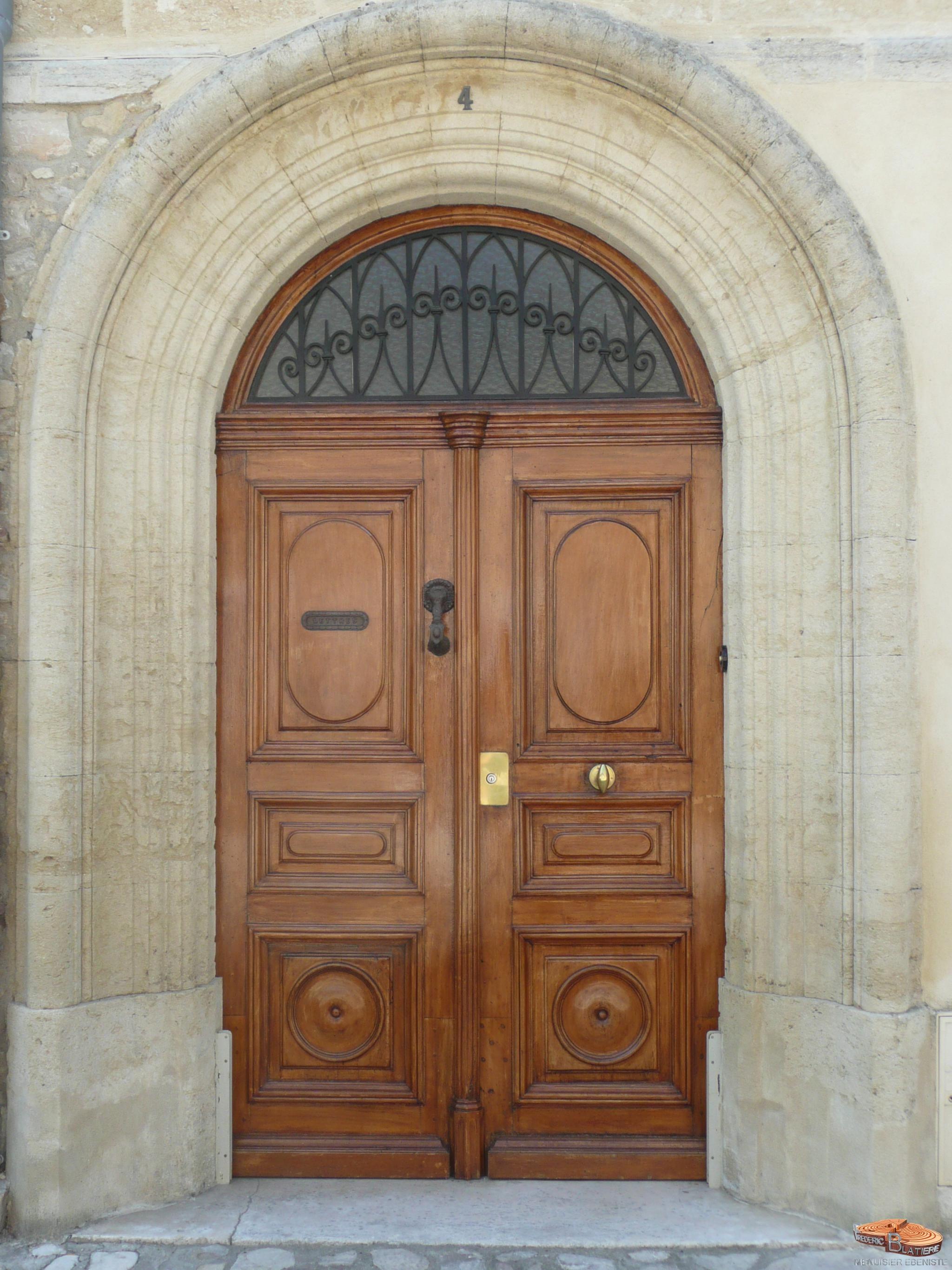 Restauration Du Bas Du0027une Très Belle Porte Du0027entrée En Noyer. Les Parties  Abîmées Ont été Remplacées Dans Les Règles De Lu0027art.